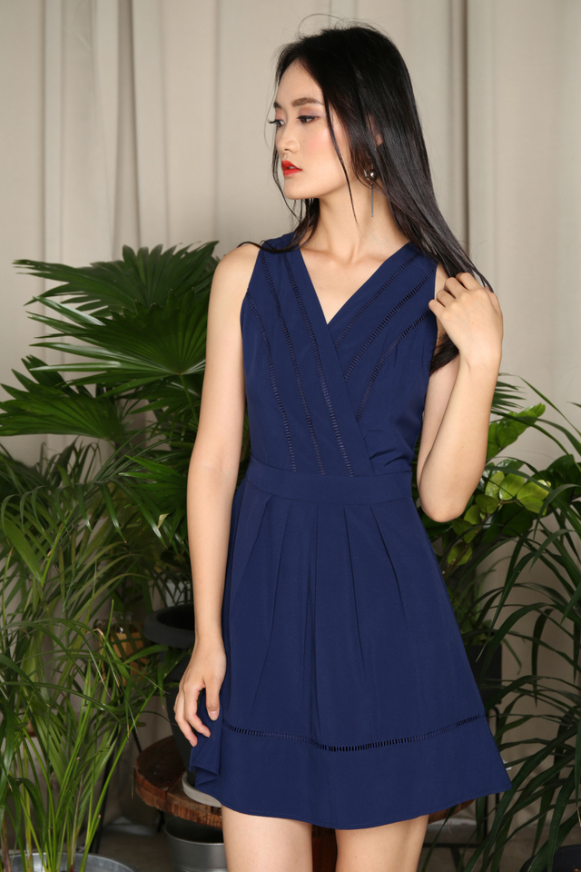 Aneby V Neck Pleated Dress in Navy (XS)