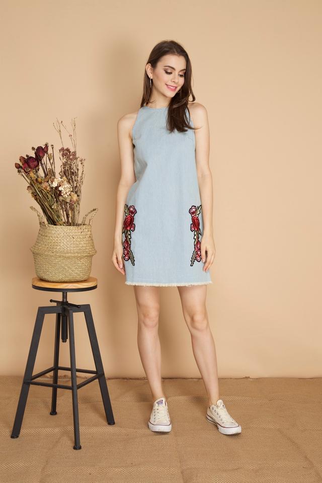 Elora Rose Patch Denim Dress in Light Blue (XL)