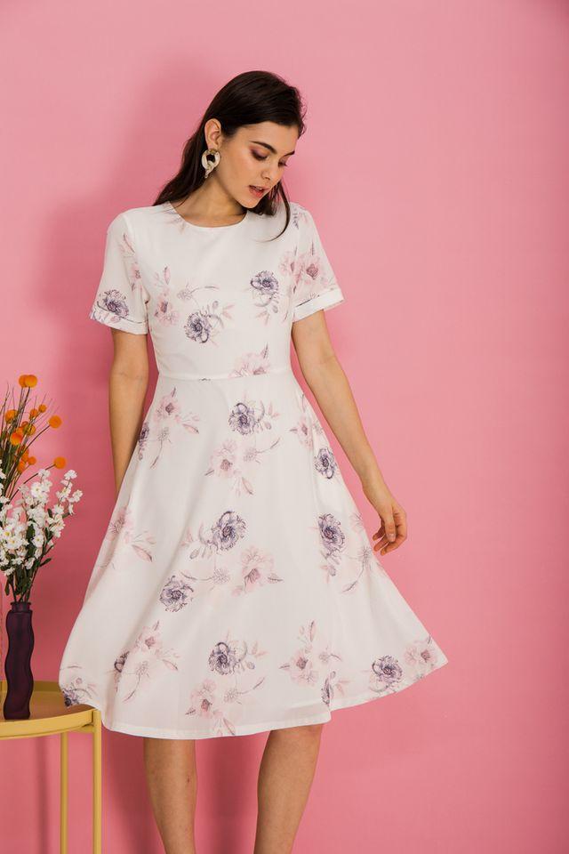 Alyena Floral Flare Midi Dress in White (XS)
