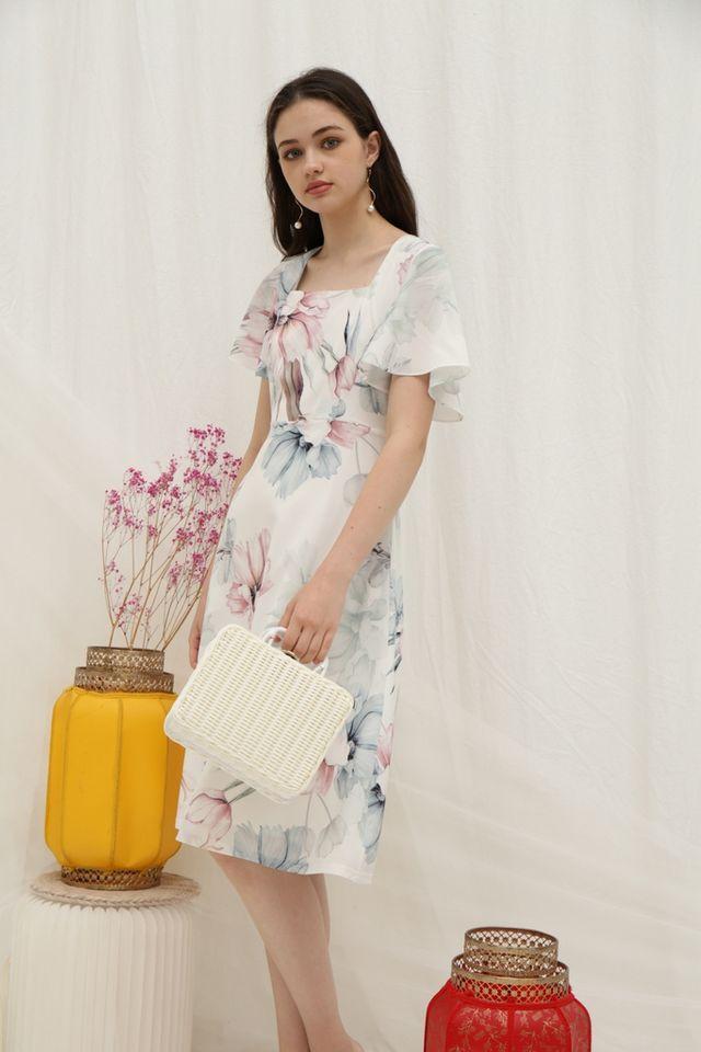 Melva Floral Flutter Sleeves Midi Dress in White (XS)